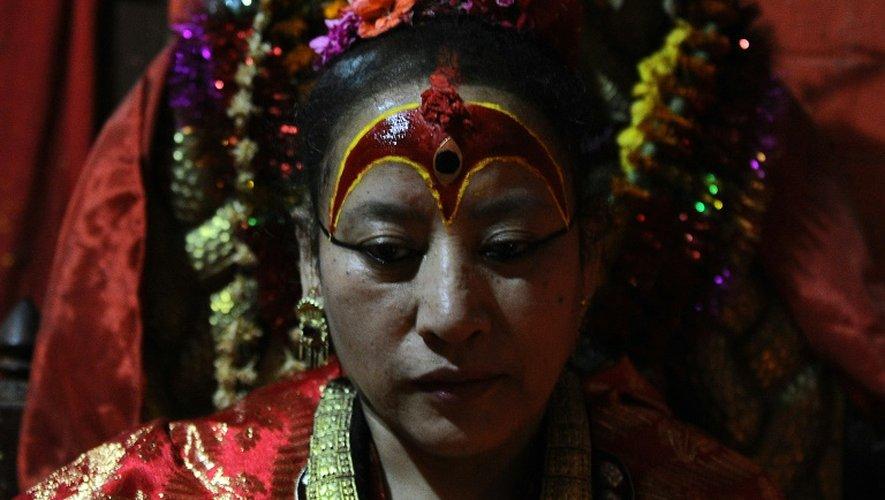 """Dhana Kumari Bajracharya, la plus ancienne """"déesse vivante"""" du Népal, photographiée le 21 mai 2015 dans sa maison de Katmandou"""