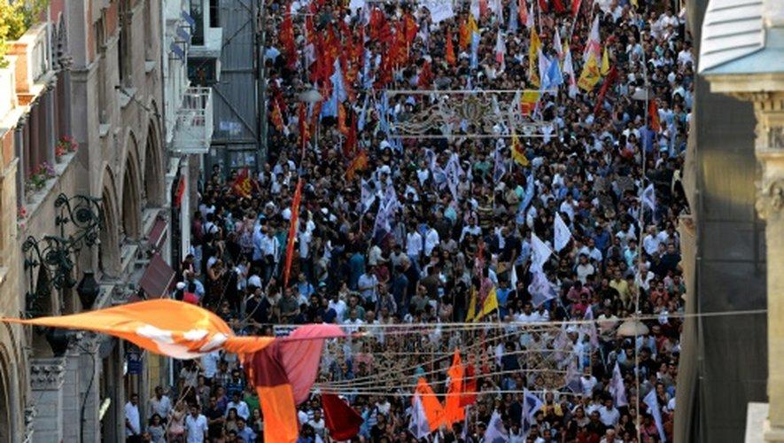 Des milliers de manifestants le 20 juillet 2015 sur l'avenue Istiklal à Istanbul après l'attentat sucide qui a fait plus de 31 morts à Suruç