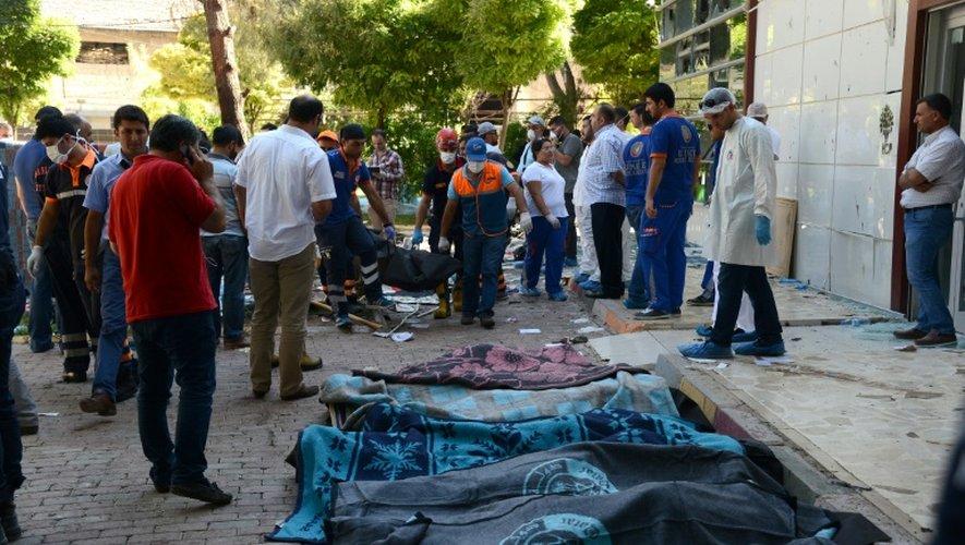 Les secours portent les corps des victimes le 20 juillet 2015 après l'explosion dans la ville de Suruç