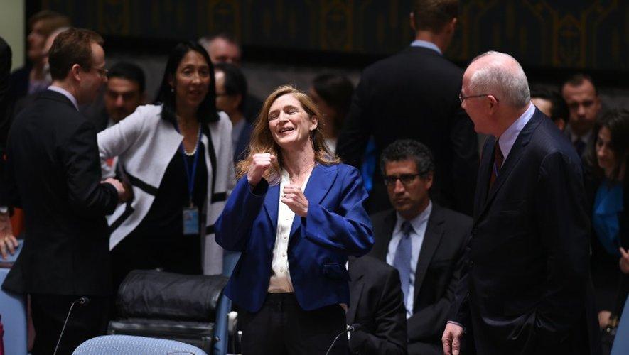 L'ambassadrice américaine à l'ONU Samantha Power s'exclame après l'adoption par l'ONU de la résolution sur l'Iran, le 20 août 2015 à New York