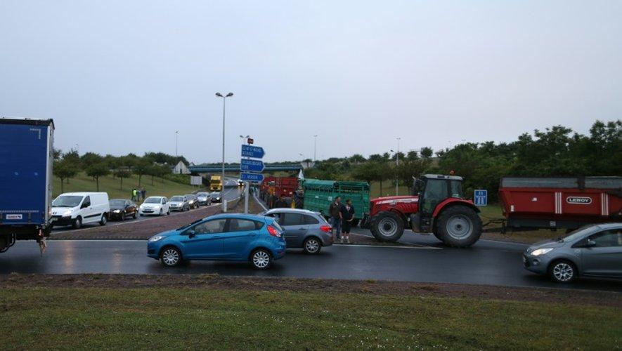 Des éleveurs bloquent les accès vers Caen, le 20 juillet 2015 pour protester contre la faiblesse des prix de leurs productions
