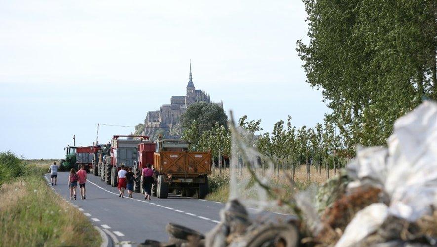 Des agriculteurs bloquent une route d'accès au Mont-Saint-Michel pour attirer l'attention sur le bas prix de la viande le 20 juillet 2015