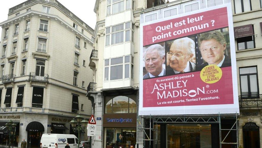 """Photo prise le 25 octobre 2012 à Bruxelles d'une publicité pour le site de rencontres Ashley Madison, qui montre les visages du prince Charles, de Bill Clinton et du roi Albert II de Belgique avec la phrase """"Quel est leur point commun?"""""""