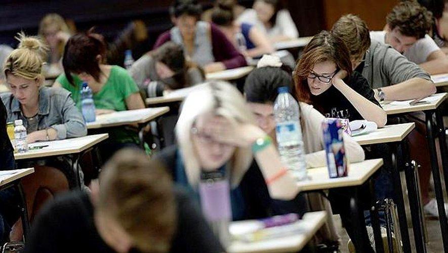 Des étudiants français, pendant l'épreuve de philosophie, lundi.