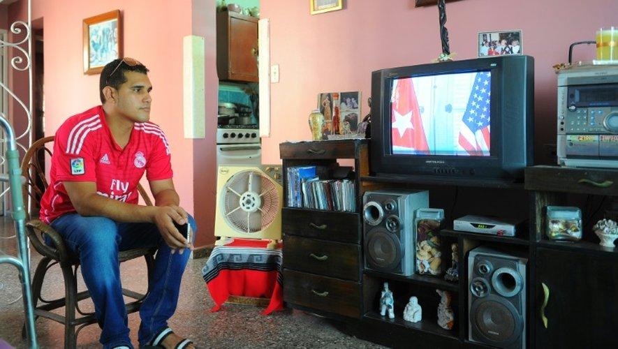 Un Cubain regarde à la télévision depuis La Havane le 20 juillet 2015 la cérémonie de rétablissement des liens diplomatiques entre Washington et La Havane