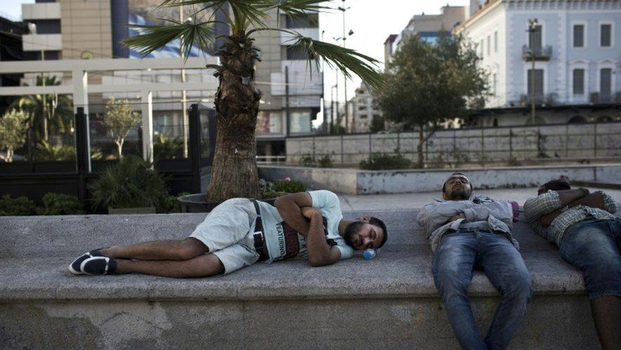 De smigrants sur la place Omonia, dans le centre-ville d'Athènes, le 20 juillet 2015