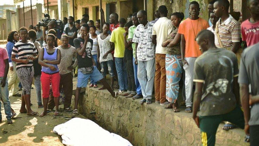 Des Burundais se sont rassemblés près du cadavre d'un homme tué dans un quartier de Bujumbura le 21 juillet 2015 jour de l'élection présidentielle