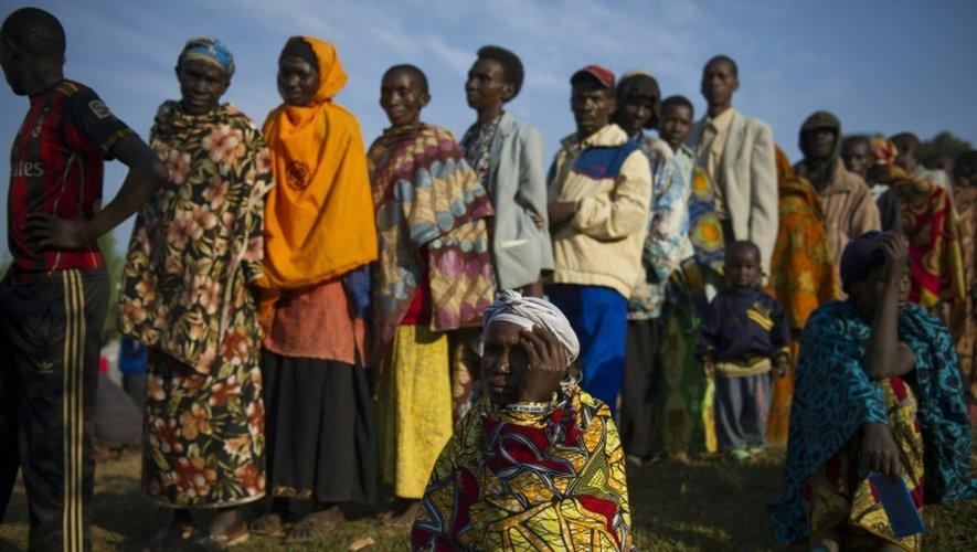 Des Burundais font la queue devant un bureau de vote dans le village de Buye, (province de Ngozi), le 21 juillet 2015