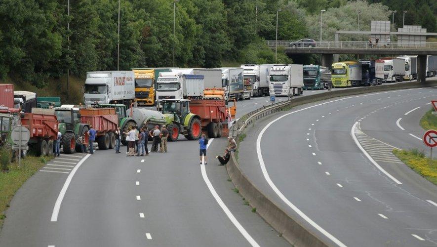 Les agriculteurs bloquent le périphérique de Caen, le 20 juillet 2015