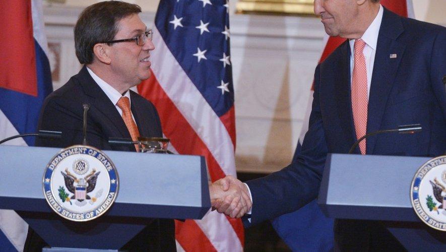 Poignée de mains entre le secrétaire d'Etat américain John Kerry et son homologue cubain Bruno Rodriguez (g), le 20 juillet 2015 au département d'Etat à Washington