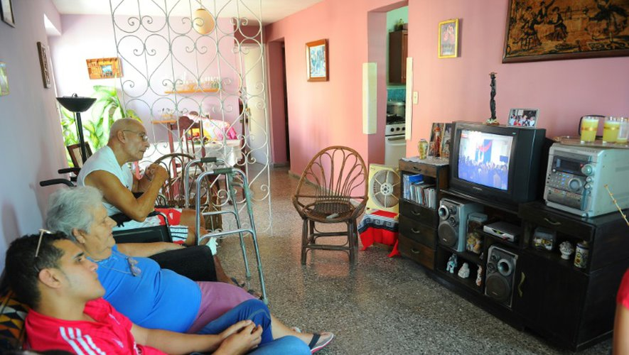 Des Cubains regardent depuis La Havane le 20 juillet 2015 à la télévision les cérémonies de rétablissement des liens diplomatiques entre Cuba et les Etats-Unis