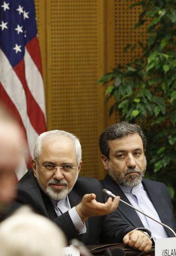 Le chef de la diplomatie iranienne Mohammed Javad Zarif (g) et l'ambassadeur d'Iran en Autriche Hassan Tajik aux négociations 5+1 (Allemagne, Chine, Etats-Unis, France, Royaume-Uni et Russie) à Vienne le 17 juin 2014
