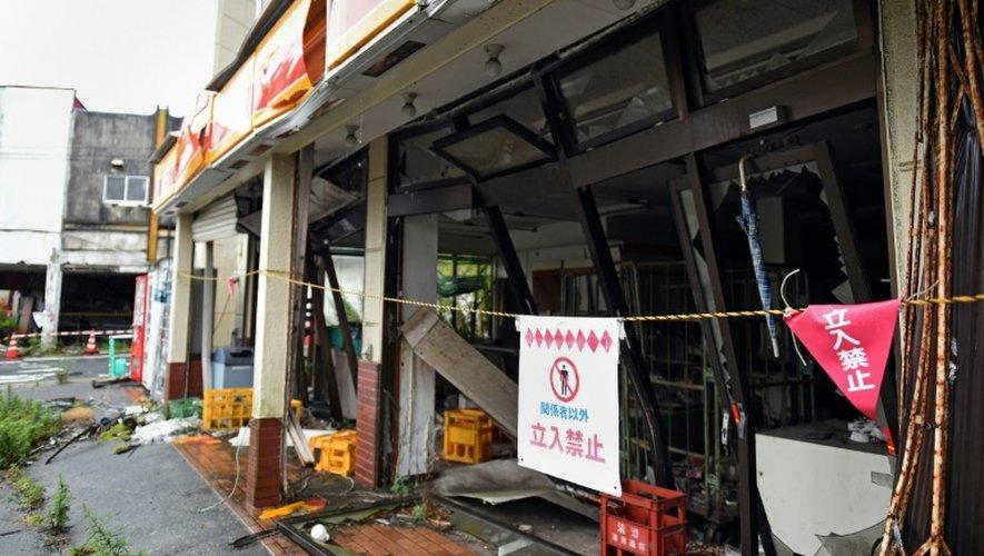 Un magasin de Tomioka au nord de Naraha dans la préfecture de Fukushima endommagé par le tsunami du 11 mars 2011 resté en l'état quatre ans après, le 16 juillet 2015
