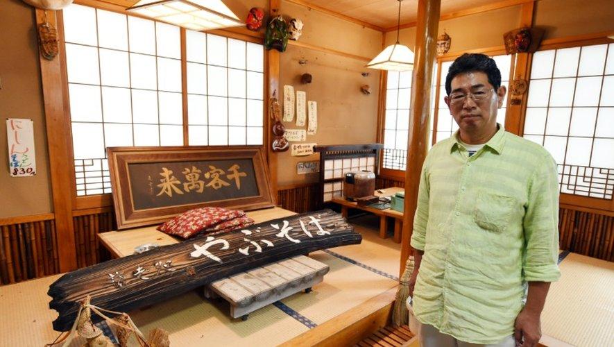 Satoru Yamauchi pose le 16 juillet 2015 à Naraha à l'intérieur de son restaurant, qu'il a dû abandonner pour échapper aux retombées radioactives de l'accident de la centrale de Fuhushima