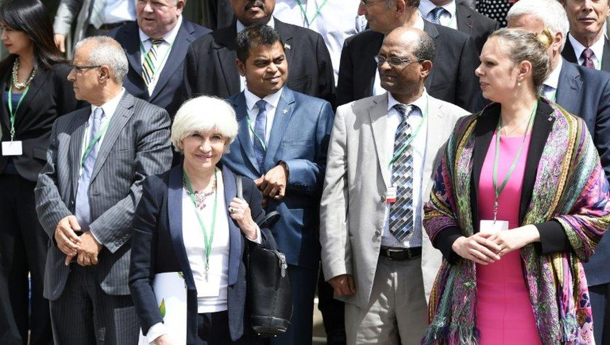 La négociatrice française pour le climat Laurence Tubiana (g), à côté des ministres de l'environnement des Maldives Thoriq Ibrahim, de l'Ethiopie Belete Tafere Desta et du Luxembourg Carole Dieschbourg, le 21 juillet 2015 à Paris