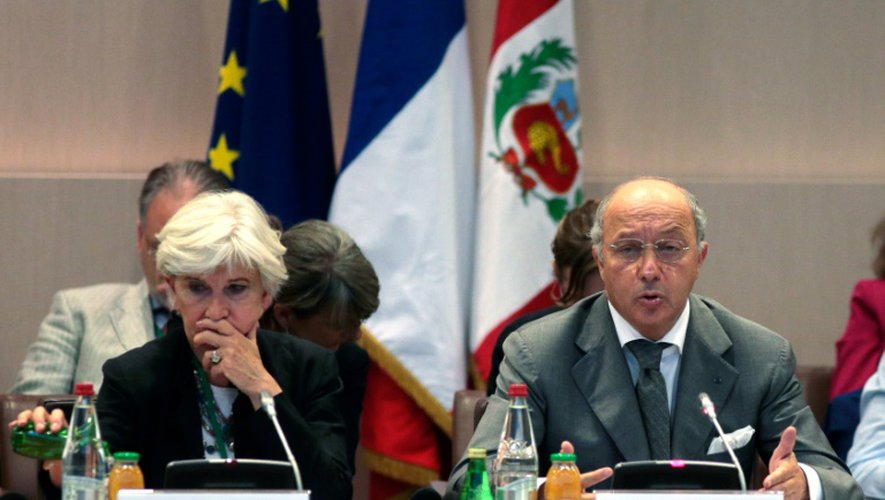 Laurence Tubiana, fondatrice de l'Institut du développement durable (Iddri), est assise au côté de Laurent Fabius, ministre des Affaires étrangères, lors d'une consultation informelle des négociateurs en vue de la COP21, le 20 juillet 2015 à Paris