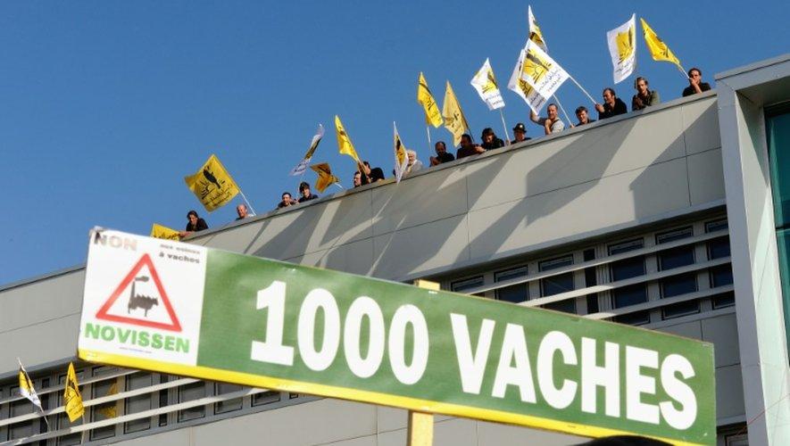 Des manifestants protestent contre le projet de ferme des 1000 vaches, le 12 septembre 2013 à Erquinghem-Lys dans le nord de la France