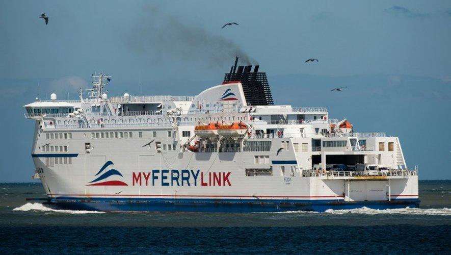 Un bateau de la compagnie maritime MyFerry Link quitte, le 8 juin 2015 le port de Calais