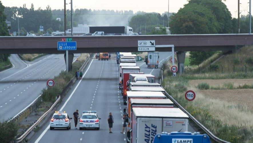 L'autoroute A1 bloquée par les agriculteurs à Seclin, dans le Nord, le 22 juillet 2015