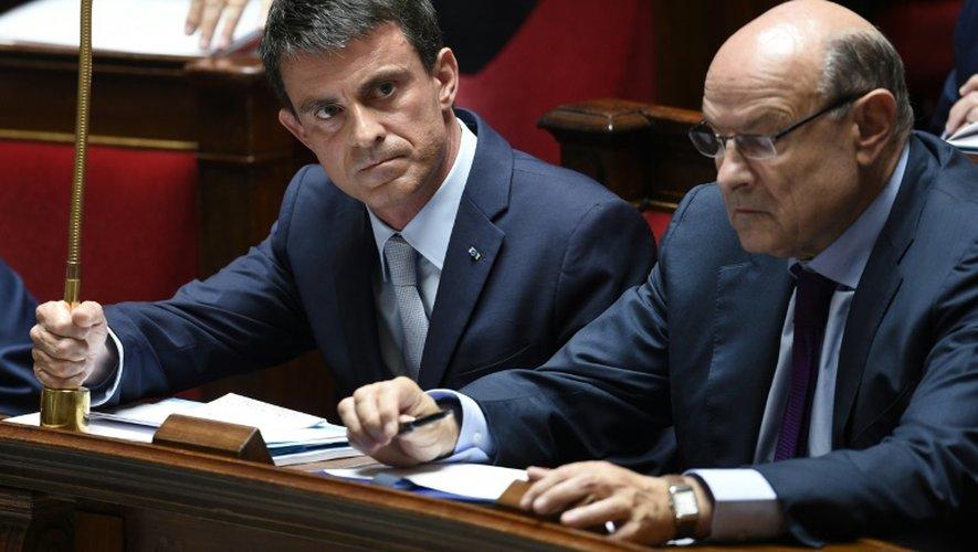 Le Premier ministre Manuel Valls (g), le 29 juin 2015 à l'Assemblée nationale