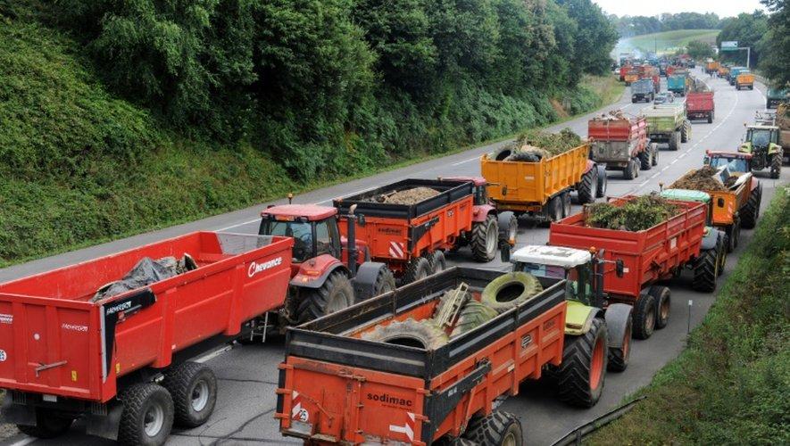 Des agriculteurs bloquent une route entre Quimper et Brest, le 21 juillet 2015