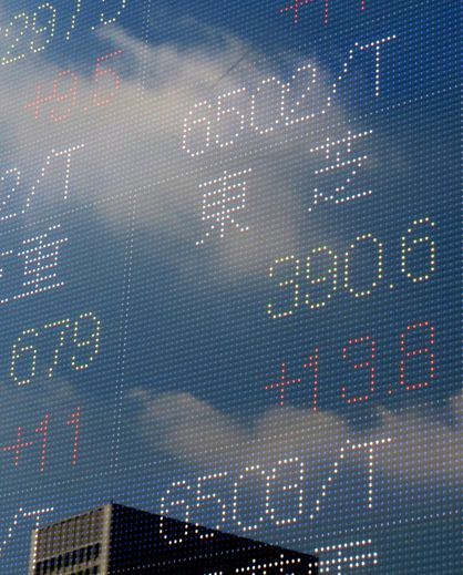 Le cours de l'action Toshiba sur un tableau de cotation à la Bourse de Tokyo le 21 juillet 2015