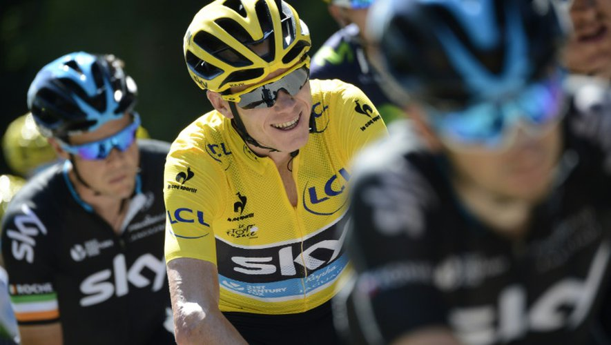 Le Britannique Christopher Froome (c) avec son maillot jaune de leader du Tour de France lors de la 16e étape, le 20 juillet à Gap