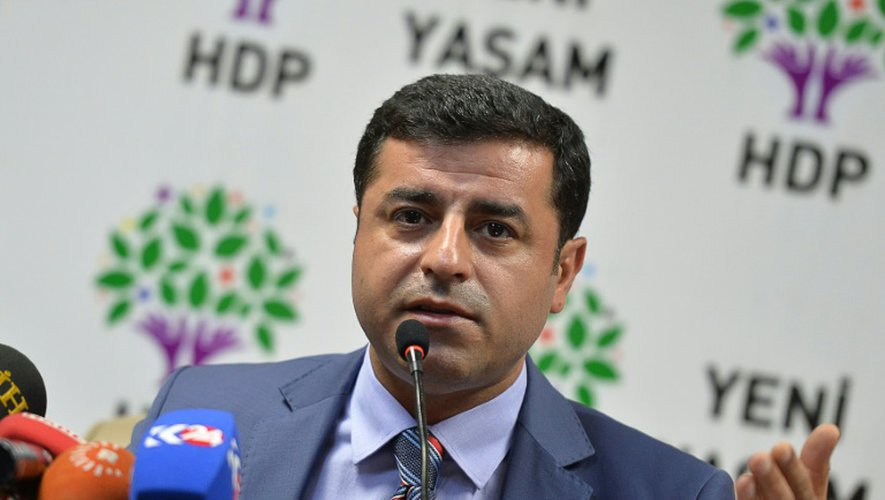 """Devant la presse, le chef de file du principal parti kurde de Turquie, Selahattin Demirtas, pointe du doigt la """"responsabilité"""" du gouvernement dans l'attentat de Suruç, le 21 juillet 2015 à Ankara"""