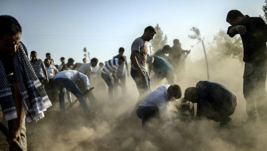 Enterrement de victimes de l'attentat suicide à Suruç, en Turquie, près de la frontière syrienne, le 21 juillet 2015
