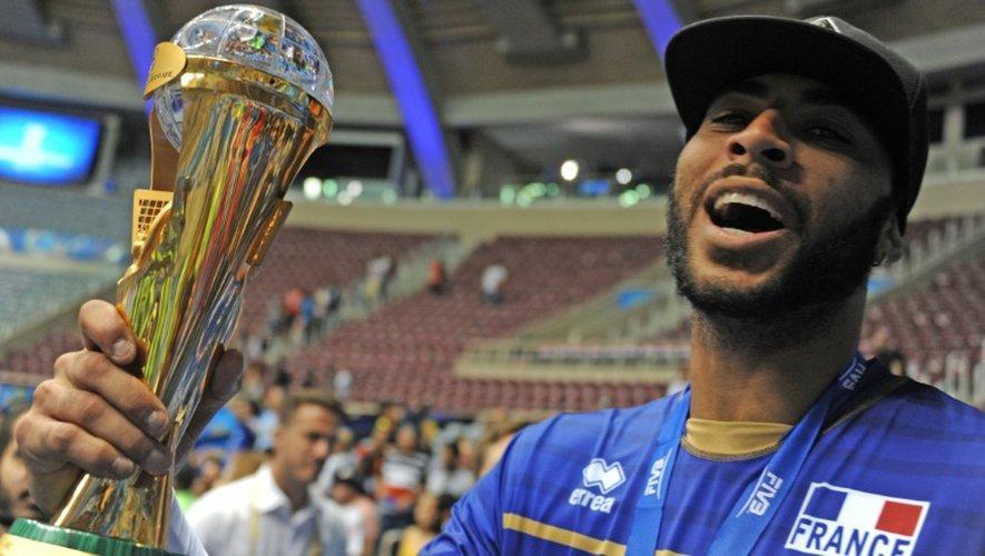 Le joueur de l'équipe de France de volley Earvin Ngapeth célèbre le titre obtenu en Ligue mondiale, le 19 juillet 2015 à Rio