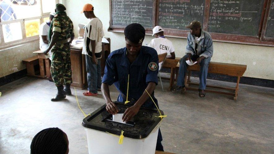 Un policier burundais vote, le 21 juillet 2015 à Bujumbura, pour une élection présidentielle controversée au Burundi