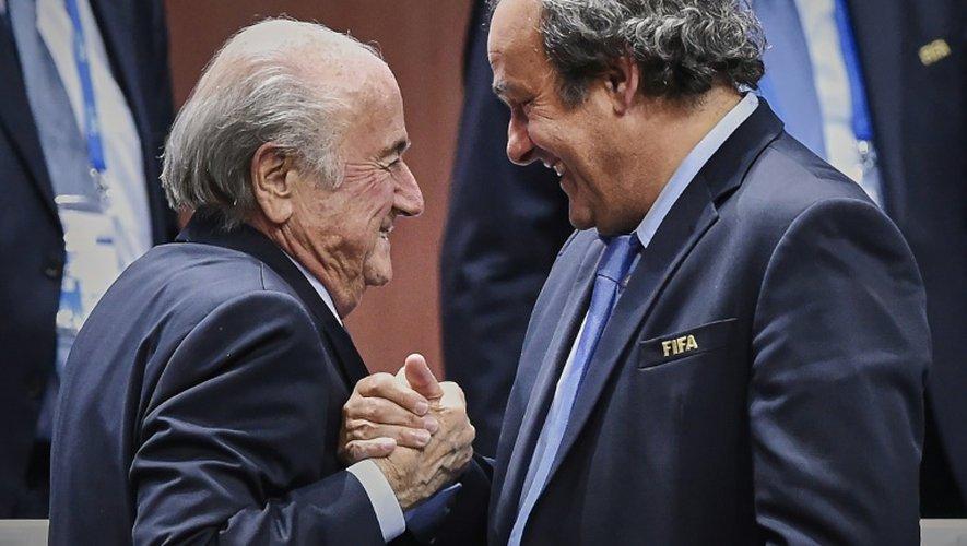 Michel Platini, président de l'UEFA (d), serre la main de Sepp Blatter, réélu président de la Fifa , le 29 mai 2015 à Zurich