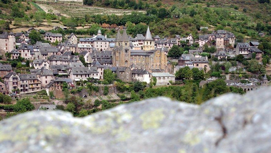 À la limite du territoire du Vallon, Conques reste une visite incontournable, tant pour ses ruelles que pour son abbatiale, son célèbre tympan, son trésor et ses vitraux réalisés par Pierre Soulages.