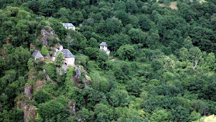 Le site de la cascade de Polissal offre une vue panoramique impressionnante. Le site est totalement sécurisé pour la prise de photos.
