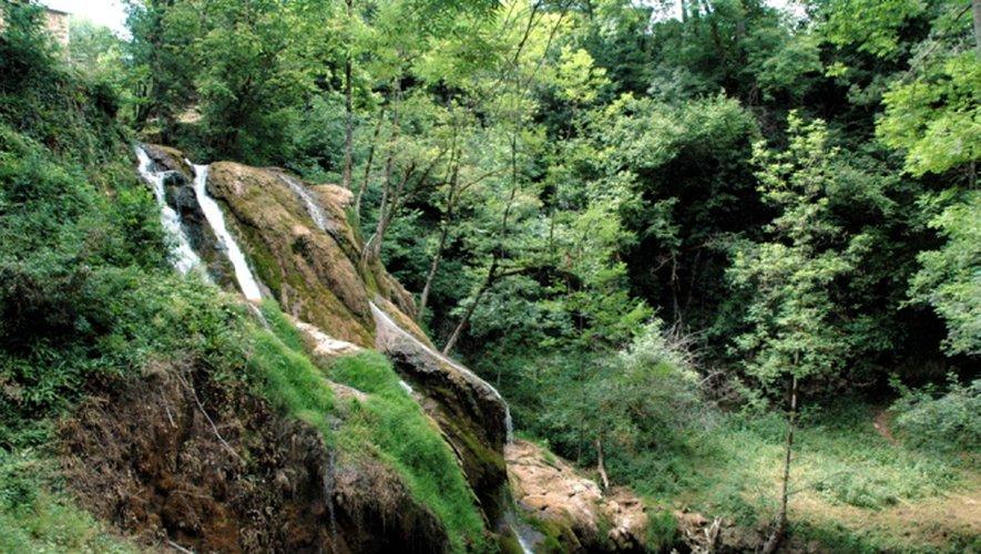 La cascade de Muret et le village accroché sur son rocher, s'offrent aux nombreux touristes qui s'arrêtent pour des visites à l'atelier du «Métal Fou».