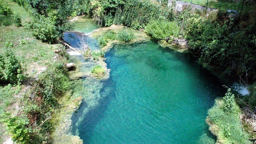 La cascade de Salles-la-Source se jette dans un joli bassin naturel du haut de ses 40 m.