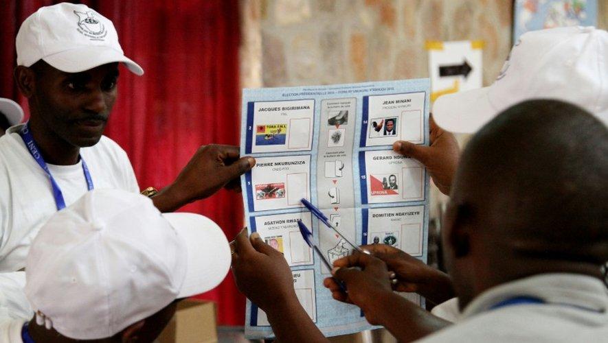 Des membres de la Commission électorale burundaise font le décompte des voix dans une bureau de vote de Bujumbura, le 21 juillet 2015