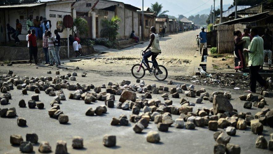 Des barricades dressées par des opposants au président sortant, le jour de l'élection présidentielle controversée à Bujumbura, le 21 juillet 2015