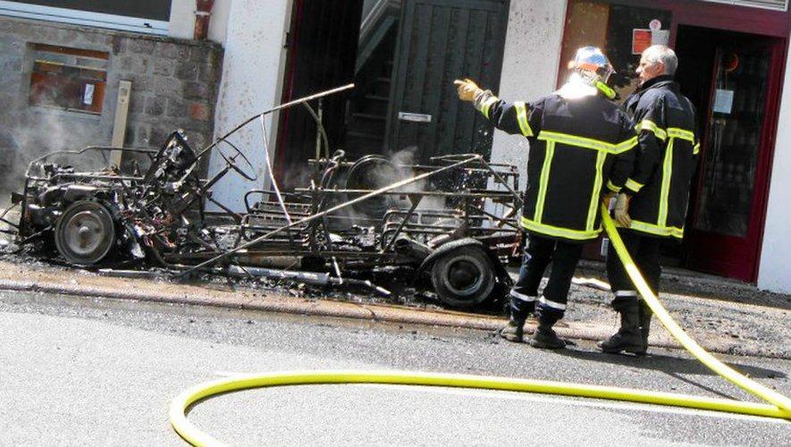 L'âge avancé du véhicule et les fortes chaleurs ressenties à Sainte-Geneviève, sans doute en cause dans l'incendie de cette Méhari.