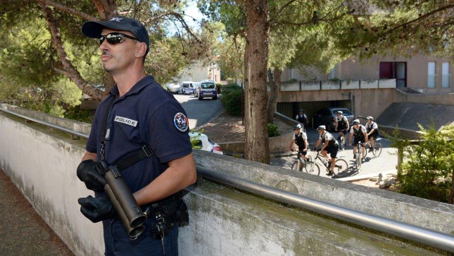 Un policier surveille, Flash-Ball à la main, la zone où se déroule une opération contre le trafic de drogues, le 5 septembre 2013 à Marseille