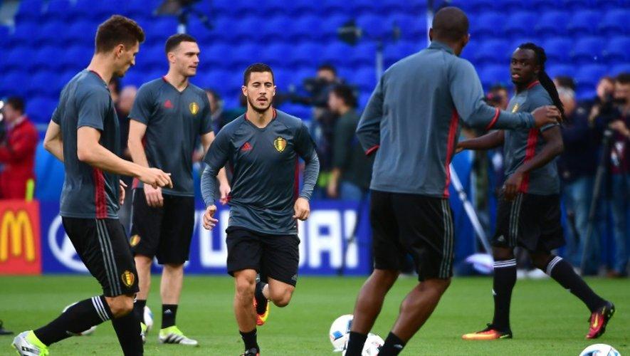 L'attquant belge Eden Hazard (c) lors d'un entraînement, le 12 juin 2016 à Lyon