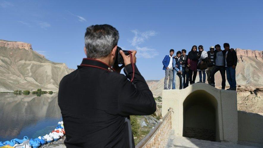 De jeunes Afghans se font photographier près du lac de Band-i-Amir, en Afghanistan, le 19 juin 2015