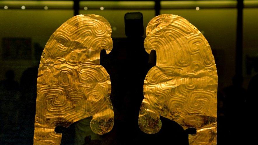 Profils d'oiseaux de proie sur des plaques d'or massif incisé datant des environs du VIIIe siècle avant notre ère, restitués par la France à la Chine et exposés à Lanzhou, la capitale de la province du Gansu, le 20 juillet 2015