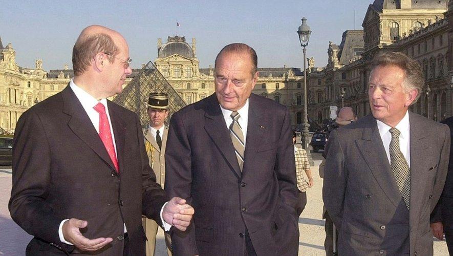 Christian Deydier (g) discute avec le président Jacques Chirac et le membre de la Commission Biennale des antiquaires Jacques Perrin, le 18 septembre 2001 à Paris