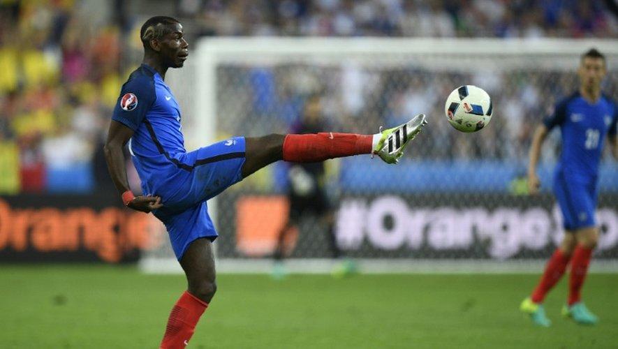 Le milieu de l'équipe de France Paul Pogba frappe le ballon face à la Roumanie lors de l'Euro au Stade de France, le 10 juin 2016