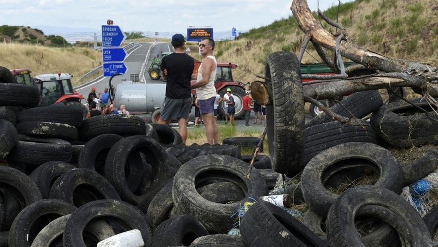 Des éleveurs bloquent l'A89 entre Lyon et Clermont-Ferrand, le 22 juillet 2015