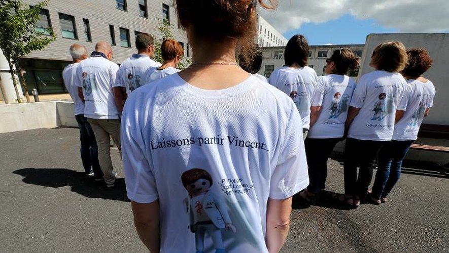 """Des membres d'un collectif d'anciens camarades de promotion de l'école d'infirmier de Laon où Vincent Lambert a étudié manifestent devant l'hôpital de Reims où il est soigné pour qu'on """"le laisse partir"""", le 27 juin 2015"""