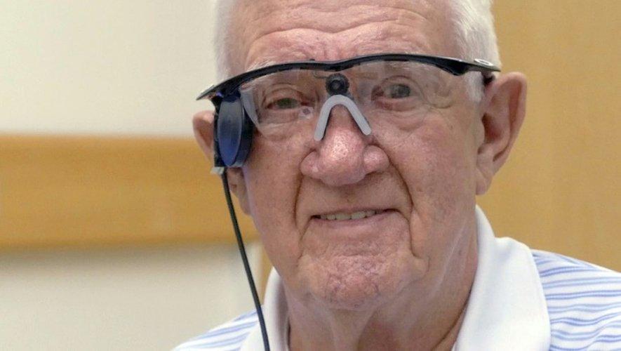"""Ray Flynn un retraité britannique portant un """"oeil bionique"""" à l'hôpital de Manchester, dans le centre de l'Angleterre, dans une photo diffusée le 22 juillet 2015"""