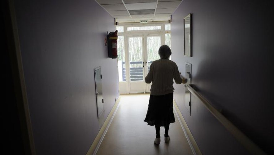 Une femme souffrant de la maladie d'Alzheimer marche dans le couloir d'une maison de retraite à Angervilliers, au sud-ouest de Paris, le 18 mars 2011