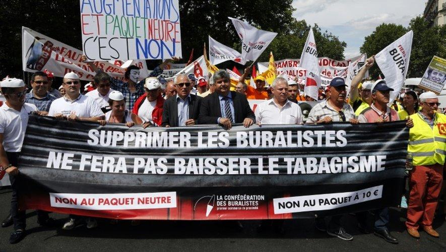 Plusieurs centaines de buralistes en colère se rassemblent près du Sénat pour protester contre le projet de paquet de cigarettes neutre, le 22 juillet 2015 à Paris
